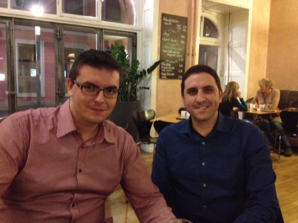 Zufälliges Treffen mit den beiden Gründer von goodvid.io Konstantinos Bratanis und Dimitrios Kourtesis im Café Rih in Karslruhe